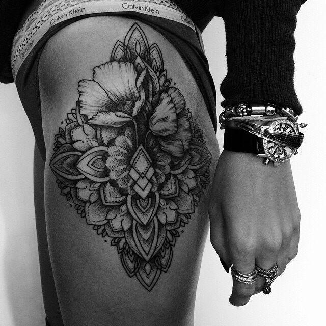 Tatuaż biodro fajny wzór