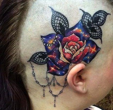 Błyszcząca róża tatuaż na głowie