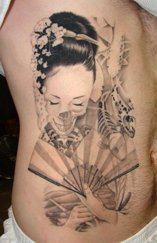 Kobieta z wachlarzem tatuaż