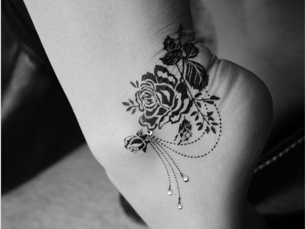 Kwiecisty tatuaż na kostce