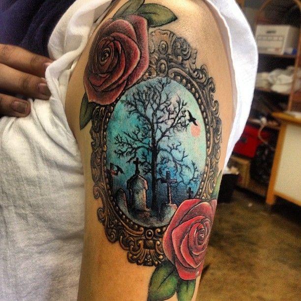 Obrazek z cmentarzem i róże tatuaż
