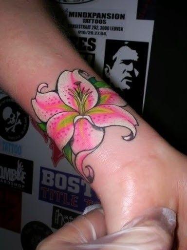 Piękna lilia tatuaż na nadgrastku
