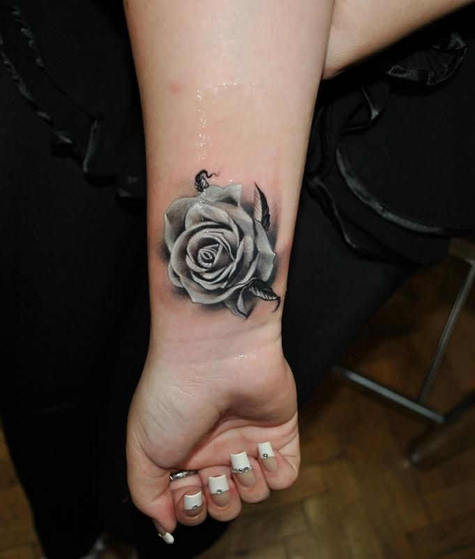 Srebrna Różą Na Nadgarstku Tatuaż