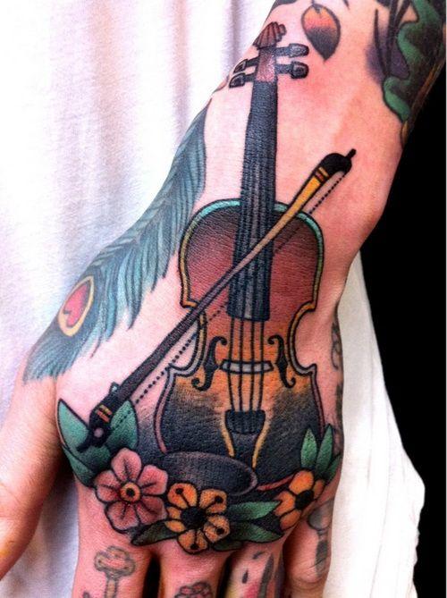 Tatuaż skrzypce kwiaty i pióro