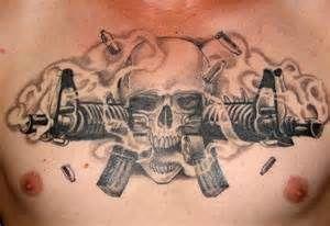 Tatuaż z czaszką i karabinami