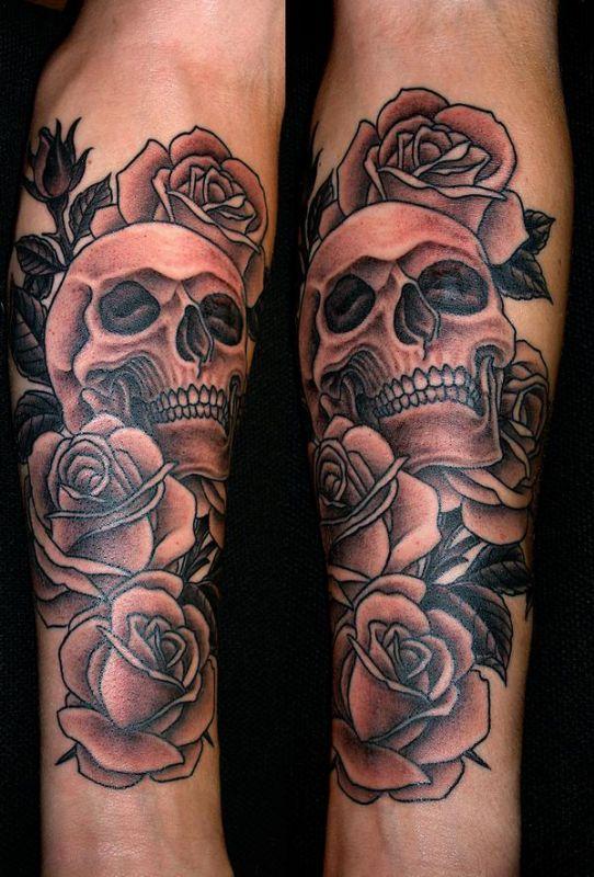 Tatuaż czaszka i róże