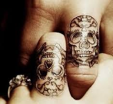 Tatuaże z czaszkami na palcach