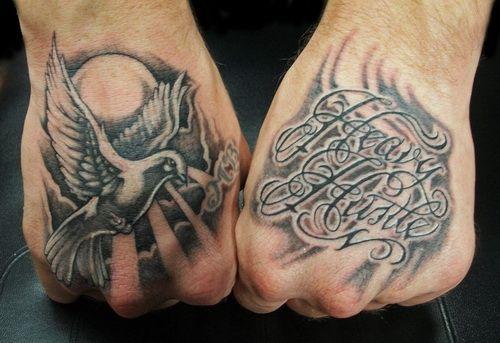 Tatuaż na dłoniach gołąb i napisy