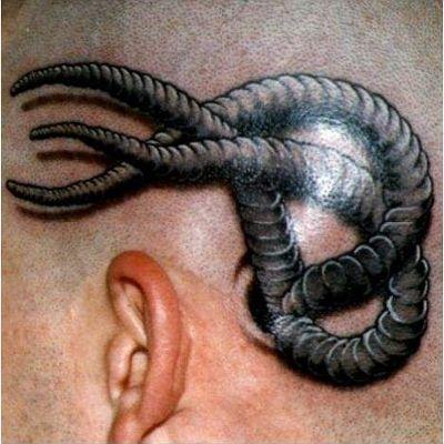 Tatuaż na głowie czarne robaki