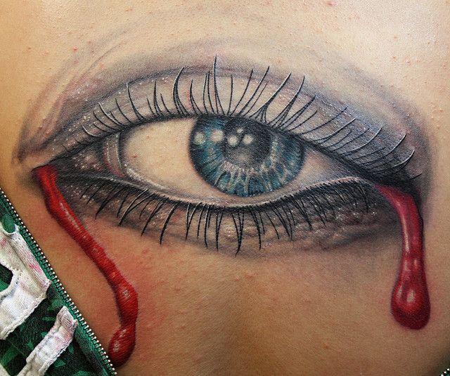 Tatuaż oko ze łzami z krwi