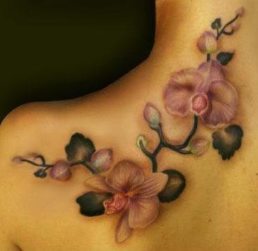 Tatuaż orchidea na ramieniu