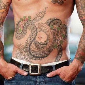 Tatuaż z długim wężem pośród kwiatów