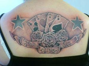 Tatuaż z kartami i kwiatami
