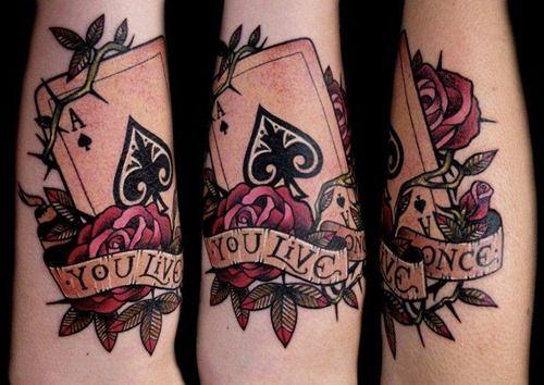 Tatuaż z różami i asem pikiem