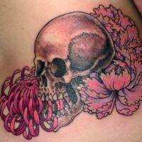 Tatuaż z piwoniami i czaszką