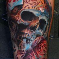 Tatuaż z czaszką i różami