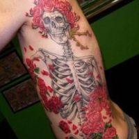 Tatuaż szkielet i róże