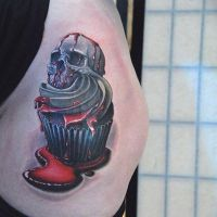 Babeczka z czaszką i kremem tatuaż
