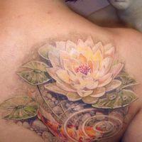 Biały kwiat lotosu i ryba tatuaż