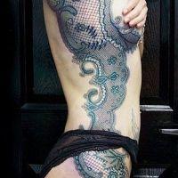 Czarna koronka tatuaż na boku
