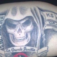 Czaszka i symbole klubów tatuaż kibica