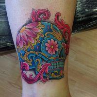 Kolorowa czaszka kwiaty tatuaż
