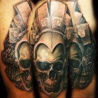 Czaszka w hełmie tatuaż