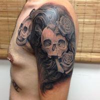 Czaszki w różach tatuaż