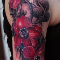Czerwone kwiaty tatuaż na ręce