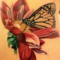 Czerwony kwiat i motyl tatuaż