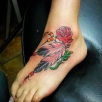 Dwa pióra i róża tatuaż