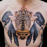 Dwie sroki i złoty element tatuaż