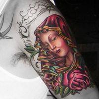 Religijny tatuaż z kobietą