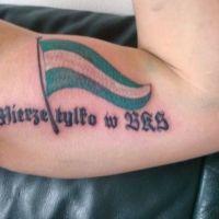 Flaga i napis tatuaż Lechia