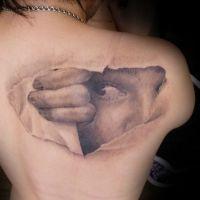 Fragment twarzy pod skórą tatuaż