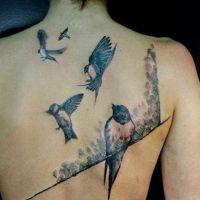 Pięć ptaków tatuaż na plecach
