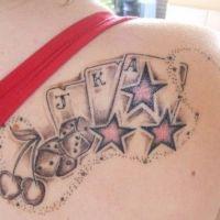 Karciany motyw z gwaizdami tatuaż