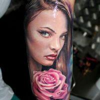 Kobieca twarz i róża tatuaż