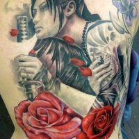 Kobieta z mieczem i kwiatami tatuaż