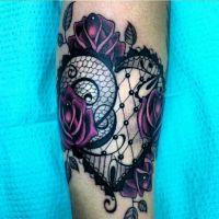Koronkowe serce i róże tatuaż