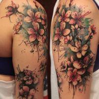 Kwiaty wiśni tatuaż ręka