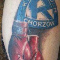 Logo i rękawice bokserskie tatuaż