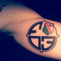 Logo Legia w kółku tatuaż