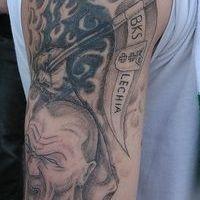 Mężczyzna niosący flagę tatuaż