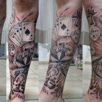 Motyw karciany na nodze tatuaż