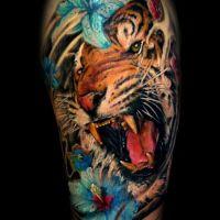 Niebieskie kwiaty i tygrys tatuaż