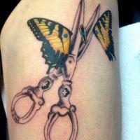 Nożyce rozcinające motyla tatuaż