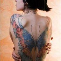 Ogromny motyl tatuaż na plecach