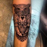 Sowa i czaszka tatuaż