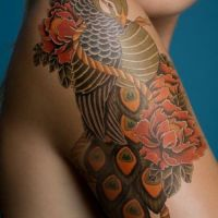Paw i czerwone piwonie tatuaż